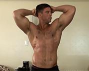 Schwuler Bodybuilder zeigt was er hat