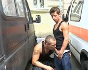Öffentlicher Gaysex mit zwei Amateuren