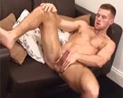 Muskulöser Gay am Rubbeln