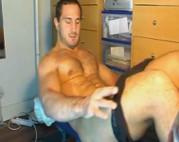 Muskelmann wichst sich seinen Schwanz