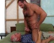 Alter Mann steht auf junge knackige Schwänze