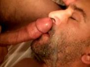 Echte Männer mit Sperma im Bart