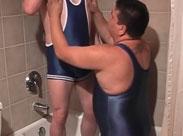 Fette Kerle ficken sich in der Badewanne