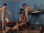 Junge Studenten feiern eine Sex Orgie