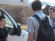 Junge Männer ficken sich im Wohnwagen