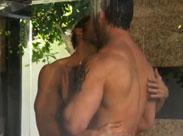 Nackte Männer duschen