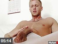 Gay in Strumpfhosen masturbiert